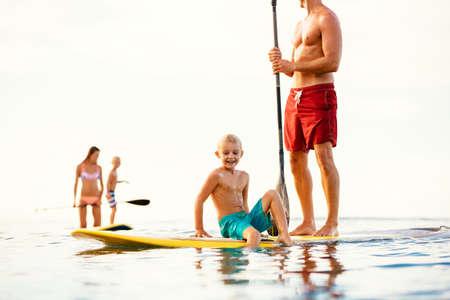 Having Fun Family Stand Up Paddling Ensemble dans l'océan sur Belle Sunny Morning Banque d'images - 46094395