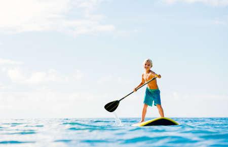 Jongen plezier Stand Up Paddling in de Oceaan