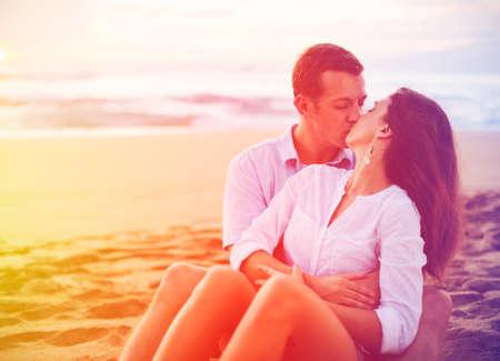 playas tropicales: Pareja Romántica Feliz Disfrutando del sol hermosa en la playa. Sun caliente llamarada y del Color