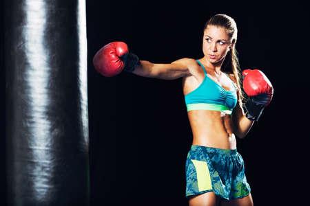 Mooie Vrouw met de Rode bokshandschoenen. Aantrekkelijke Vrouwelijke Boxer Training.