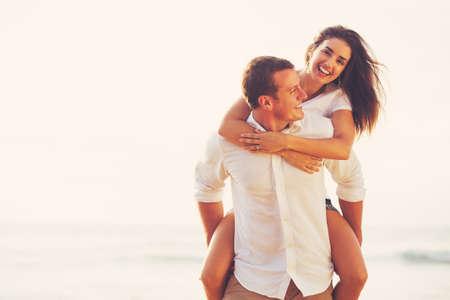 parejas romanticas: Feliz joven que juega Pareja romántica y que se divierte en la playa