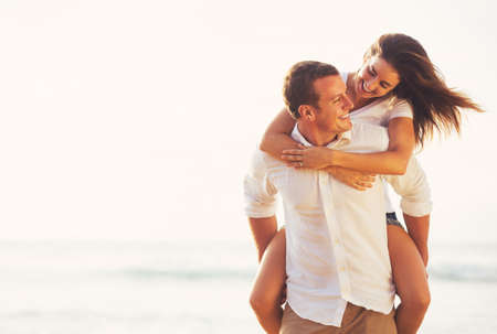 Gelukkig Jong Romantisch Paar spelen en plezier op het strand