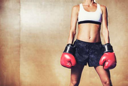 Bella donna con guanti rossi boxe. Attraente Pugile femminile. Archivio Fotografico