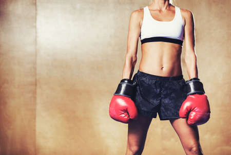 boxeador: Mujer hermosa con los guantes de boxeo rojos. Boxeador de sexo femenino atractivo. Foto de archivo