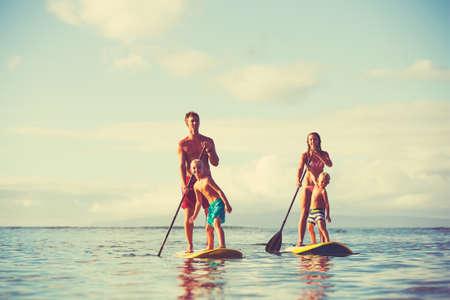 Familie staan peddelen bij zonsopgang, pret van de zomer outdoor lifestyle