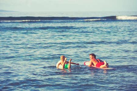 父と息子が一緒にサーフィンに行きます。夏のお楽しみアウトドア ・ ライフ スタイル 写真素材