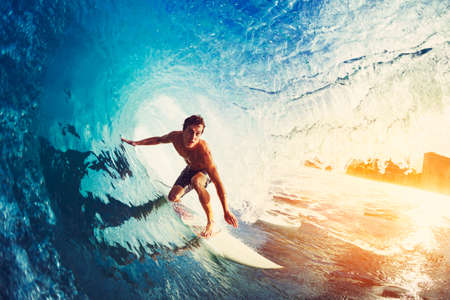 Surfer op Blue Ocean Wave Aan Barreled at Sunrise