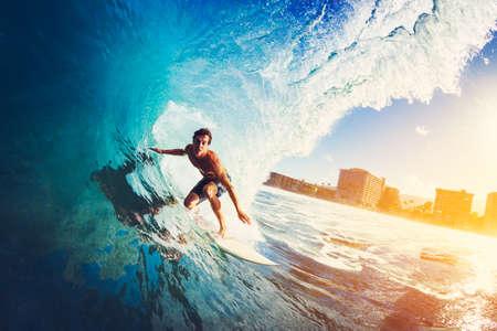 Surfista na Onda de oceano azul Primeiros Barreled em Sunrise Banco de Imagens