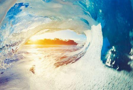 Blue Ocean Wave сбоями на рассвете Фото со стока
