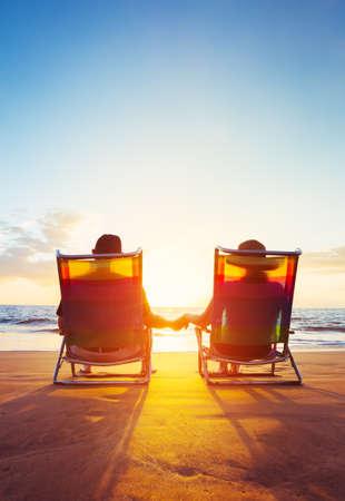 Пенсионные отпуск концепции, Счастливый Пожилая пара, пользуются Пенсионер красивый закат на пляже