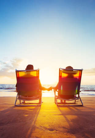 Aposentadoria férias Concept, feliz maduro aposentados Pares que apreciam o por do sol bonito na praia