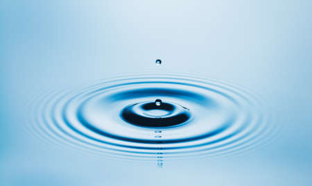 gota: Perfecta gota del agua que cae en la piscina de agua fresca y limpia, opinión del primer Foto de archivo