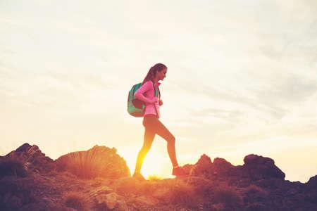 일몰 산에서 여자 하이킹, 모험 야외 활동 라이프 스타일