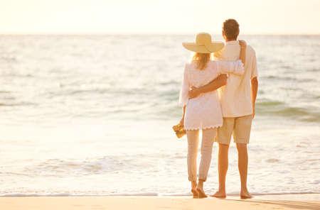 pareja de esposos: Romántica feliz pareja de mediana edad Disfrutando del sol hermosa caminata en la playa. Vacaciones Viaje de Retiro Lifestyle Concept