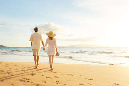 parejas caminando: Romántica feliz pareja de mediana edad Disfrutando del sol hermosa caminata en la playa. Vacaciones Viaje de Retiro Lifestyle Concept