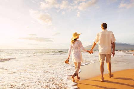 férias: Romântico Médio Casal Feliz idade desfrutando do sol bonito caminhada na praia. Viagem de férias Retirement Lifestyle Concept
