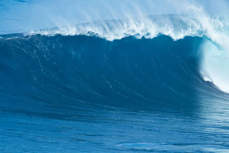 Giant powerful blue ocean wave Stockfoto