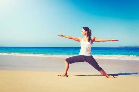 mujer meditando: Concepto de estilo de vida saludable, mujer joven hermosa que estira la práctica de yoga en la playa