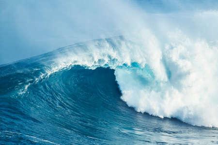 巨大な強力な青い海の波 写真素材