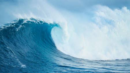 強力な青い海の波