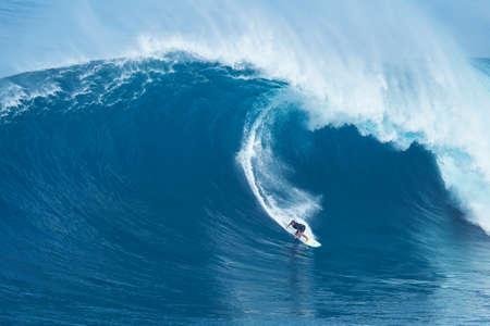 """MAUI, HI - 16 janvier 2016: surfeur professionnel Joao Marco Maffini chevauche une vague géante au légendaire grand spot de surf de vague connue sous le nom """"Jaws"""" sur une des plus grandes houles de l'année."""