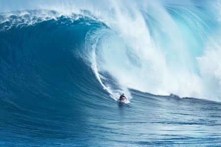 """granola: Maui, HI - 16 de enero 2016: surfista profesional Francisco Porcella monta una ola gigante en el legendario ruptura surf de olas grandes conocidos como """"Tiburón"""" en uno de los más grandes hincha del año."""