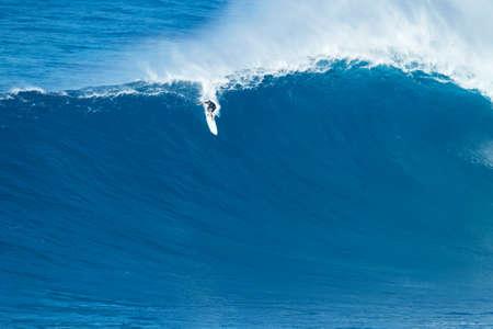 """granola: Maui, HI - 16 de enero 2016: Ian Walsh que practica surf profesional monta una ola gigante en el legendario ruptura surf de olas grandes conocidos como """"Tiburón"""" en uno de los más grandes hincha del año."""