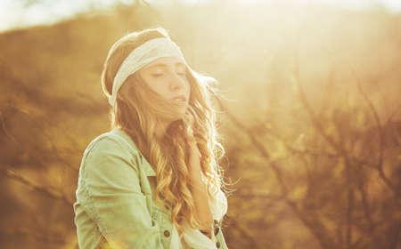 Fashion Lifestyle. Fashion portret van mooie jonge vrouw buitenshuis. Zachte warme vintage kleurtoon. Artsy Bohemian Style. Stockfoto - 56006397