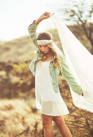 Fashion Lifestyle. Fashion portret van mooie jonge vrouw buitenshuis. Zachte warme vintage kleurtoon. Artsy Bohemian Style. Stockfoto - 56006405