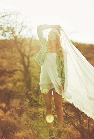 Fashion Lifestyle. Fashion portret van mooie jonge vrouw buitenshuis. Zachte warme vintage kleurtoon. Artsy Bohemian Style. Stockfoto