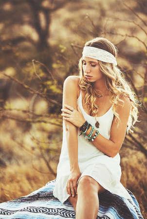 Fashion Lifestyle. Fashion portret van mooie jonge vrouw buitenshuis. Zachte warme vintage kleurtoon. Artsy Bohemian Style. Stockfoto - 56006781