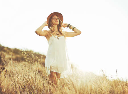 Fashion Lifestyle. Fashion portret van mooie jonge vrouw buitenshuis. Zachte warme vintage kleurtoon. Artsy Bohemian Style. Stockfoto - 56006785