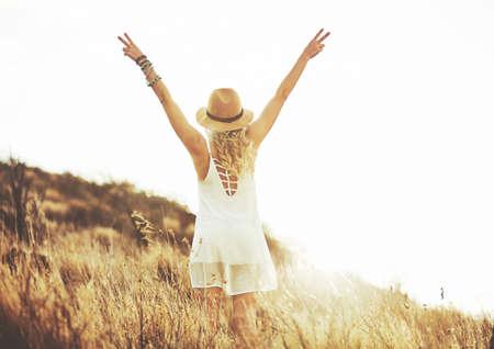 Мода Образ жизни. Мода Портрет красивой молодой женщины на открытом воздухе. Мягкий теплый марочные оттенок. Artsy богемный стиль.