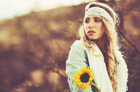 Fashion Lifestyle. Fashion portret van mooie jonge vrouw buitenshuis. Zachte warme vintage kleurtoon. Artsy Bohemian Style. Stockfoto - 56006862