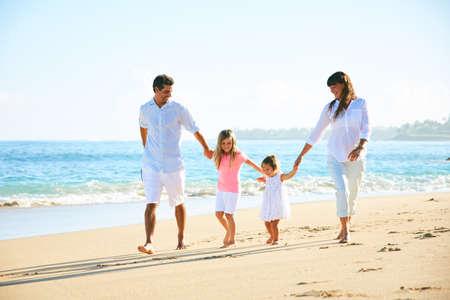 Gelukkige familie die van gang op het strand geniet Stockfoto - 89519838