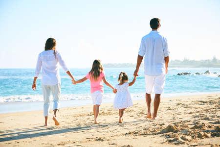 Gelukkige familie die van gang op het strand geniet Stockfoto - 89478664