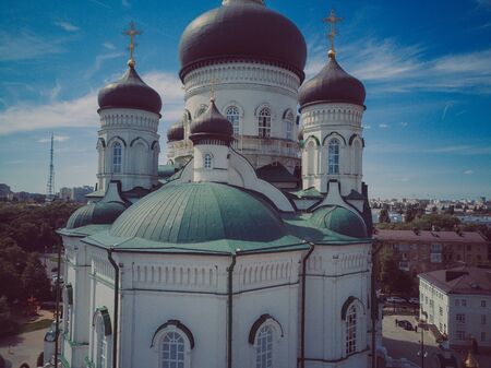 Domes with golden crosses of the Orthodox Church, blue sky Stockfoto - 129464582
