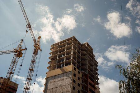 house under construction. modern urban building under construction with a crane Standard-Bild - 129466395
