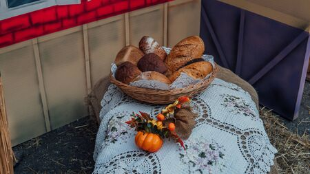 A lot of bread in a basket. Decor of a fake bread. An exhibition of rustic interior Stockfoto