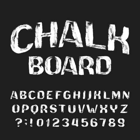 Fuente de alfabeto de tablero de tiza. Números y letras desordenadas grunge manuscritas. Mecanografiado de vector stock.