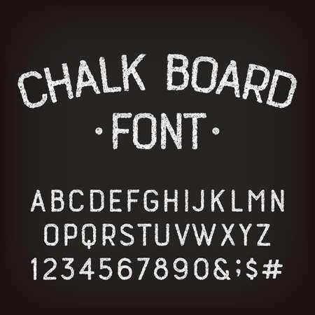 Police d'alphabet de tableau de craie. Lettres, chiffres et symboles rétro majuscules dessinés à la main. Dactylographié de vecteur stock.