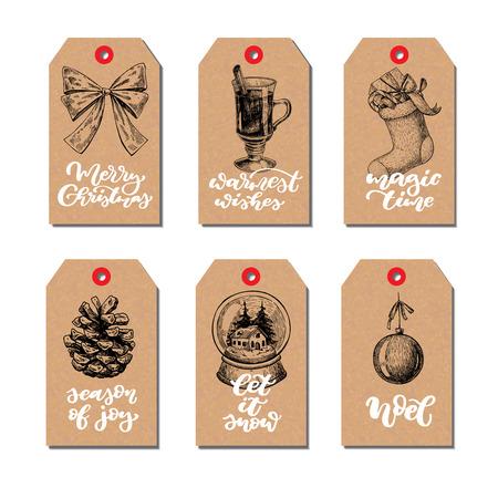 Kerst vintage cadeau labels set met belettering. Vector hand getrokken illustratie. Glühwein, hulst, maretak, sok, dennenappel, sneeuwbol, strik. Perfectioneer voor de groeten van de Kerstmisvakantie. Kalligrafie tekst.