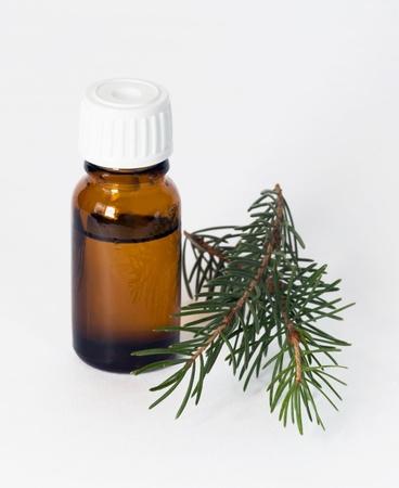 dos viales con aceites esenciales y las ramitas de abeto Foto de archivo