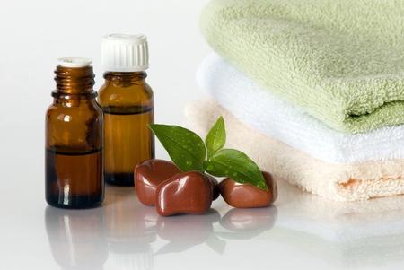 dos viales con aceites esenciales contra la pila de toallas