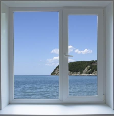 Finestra chiusa con vista sul mare Archivio Fotografico - 20330242