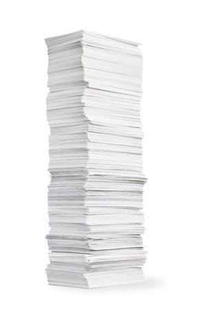 白い背景の上の紙の背の高いスタック
