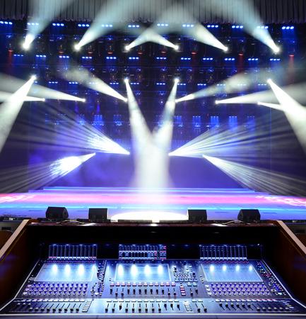 Trabajar panel de sonido en el fondo del escenario para conciertos
