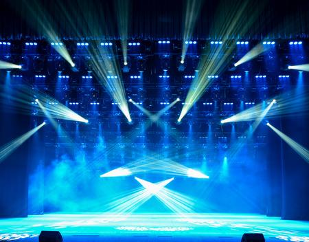 concierto de rock: Escenario del concierto vacía iluminada con el humo Foto de archivo