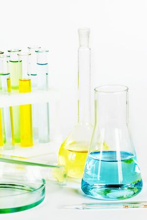 material de vidrio: Cristaler�a de laboratorio con soluciones de colores Foto de archivo