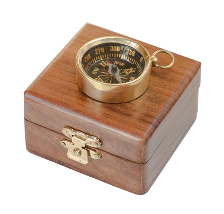 brujula antigua: Antigua br�jula en una caja de madera aislada sobre fondo blanco